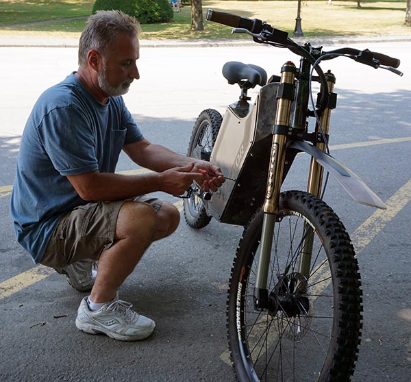 Don removing the aluminum siding. The rest of the bike is chromoly steel - Sunahme Electric Bikes